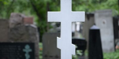 Почему ставят крест в ногах