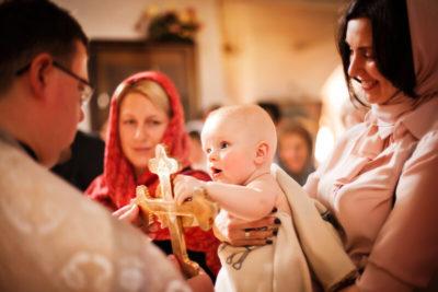 Что делает крестная мать во время крещения